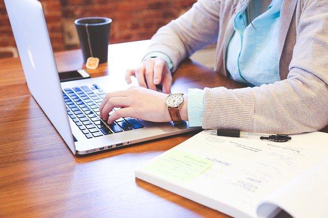 Zespół cieśni nadgarstka – choroba osób pracujących przy komputerze